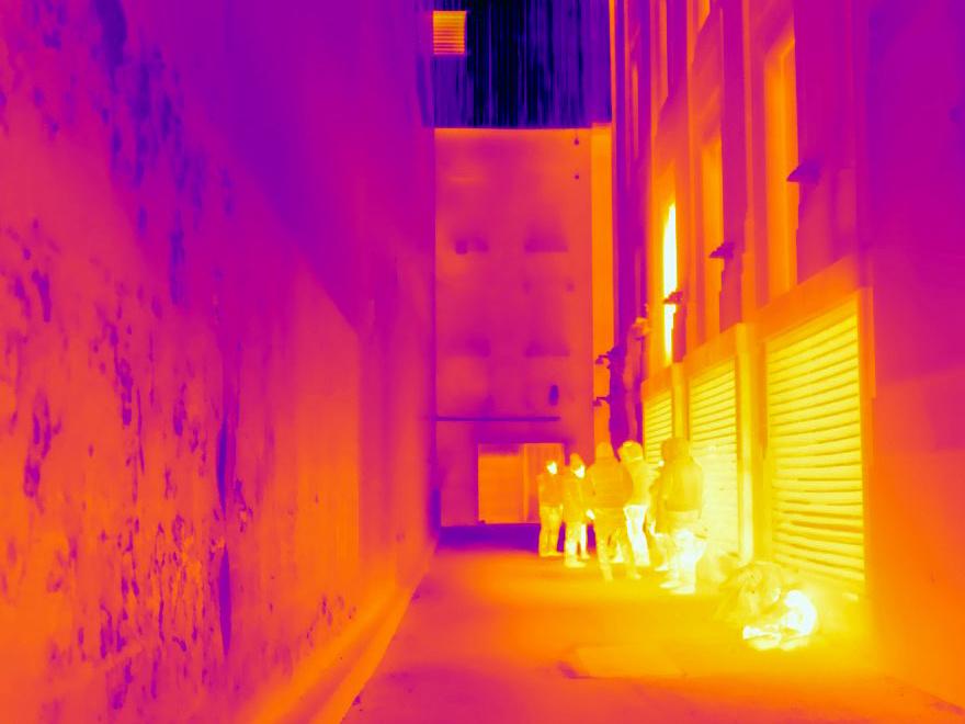 De la chaleur s'échappe du système de ventilation d'un immeuble du centre-ville.