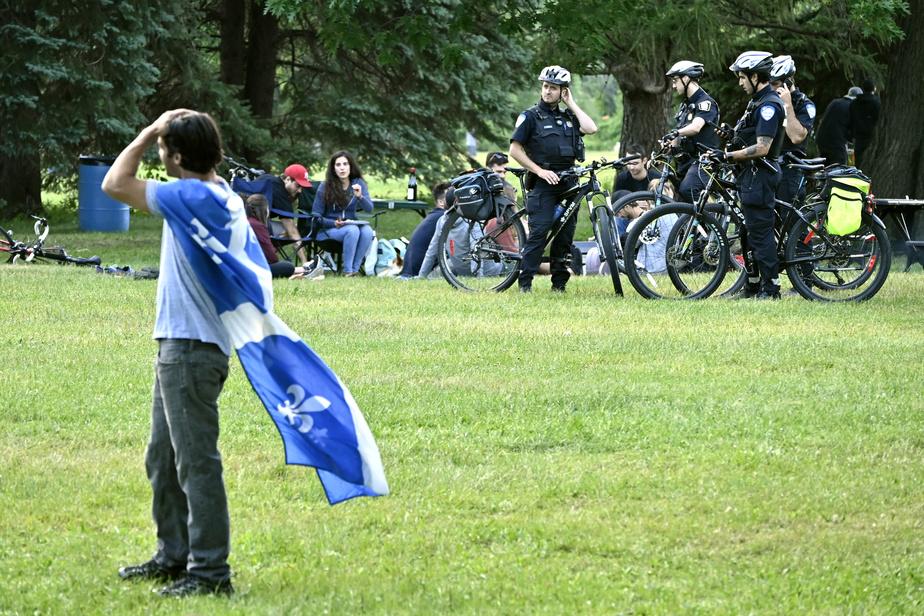 Des policiers ont assuré une surveillance au parc Maisonneuve, en veillant notamment au respect des règles de distanciation physique mises en place pour lutter contre la pandémie de COVID-19.