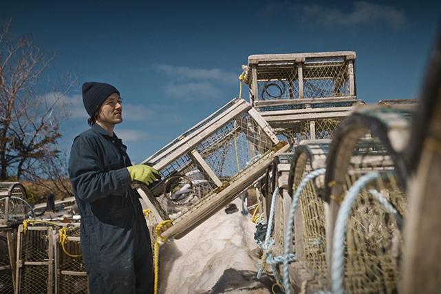 Les semaines précédant le jour J, les pêcheurs préparent leurs cages et veillent à assembler les « trawls ».