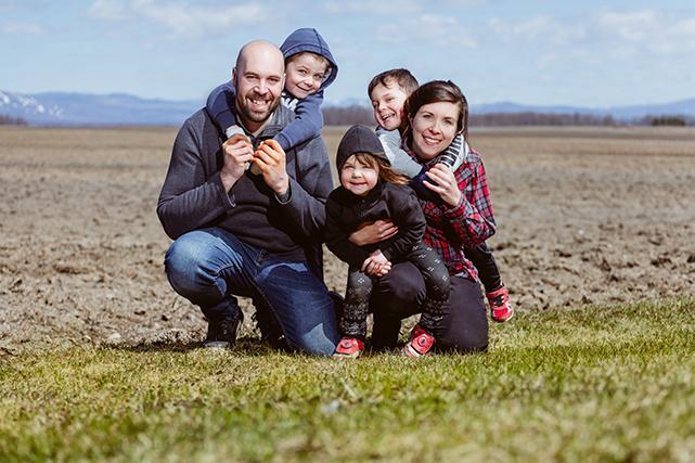 En 2013, Claude-Émilie, Louis-Philippe ont pris la relève d'une ferme à Saint-Michel-de-Bellechasse, qui produit aujourd'hui 5000 porcs par année (Famille Roy, Chaudière-Appalaches).