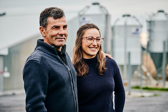 Myriam Falcon, jeune bachelière en agronomie, et son frère William assureront la relève de la ferme de leur père Gaétan. Tous deux souhaitent contribuer à l'économie de la région (Famille Falcon, Montérégie).