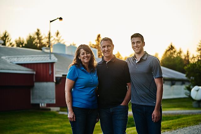 Après plus de 25 ans, Patrick Côté et Joanne Labranche viennent officiellement d'intégrer leur fils Anthony au sein de leur entreprise de Kinnear's Mills (Famille Labranche-Côté, Chaudière-Appalaches).