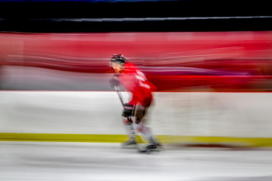 Un joueur de hockey s'adonne à la pratique de son sport au Complexe Guimond, à Laval.