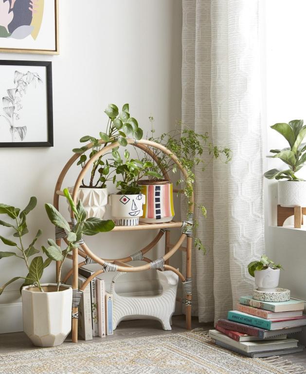 La popularité du jardinage intérieur continue de grandir, constate LibbyStunt, experte en décoration chez HomeSense. «Il faut essayer de mélanger des cache-pots de différentes grandeurs, différentes formes et différentes couleurs. Des cache-pots surélevés sur des supports s'avèrent un excellent moyen de libérer de l'espace au sol tout en ajoutant de la hauteur à la composition», dit-elle.