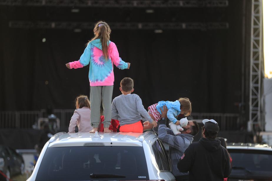 Des enfants patientent avant le concert de 2Frères.