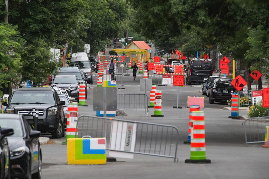 La rue de Rouen a été convertie pour l'été en rue familiale, réservée pour la promenade, le vélo et les jeux d'enfants. Mais il y a encore beaucoup de cônes orange…