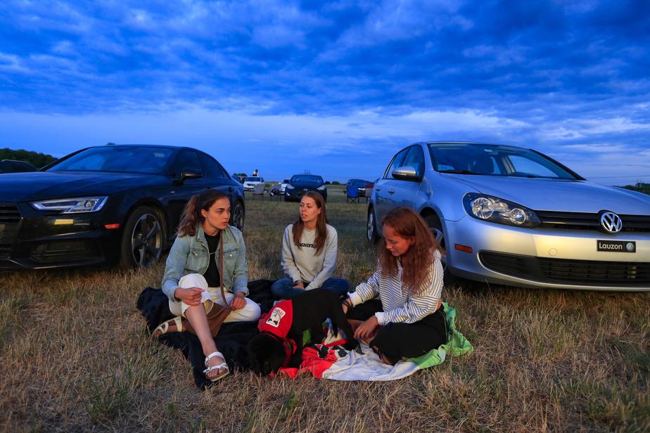 Élodie, Cynthia, Élise et le chien Padawan préfèrent être à la belle étoile plutôt que d'écouter 2Frères dans le confort de leur voiture.