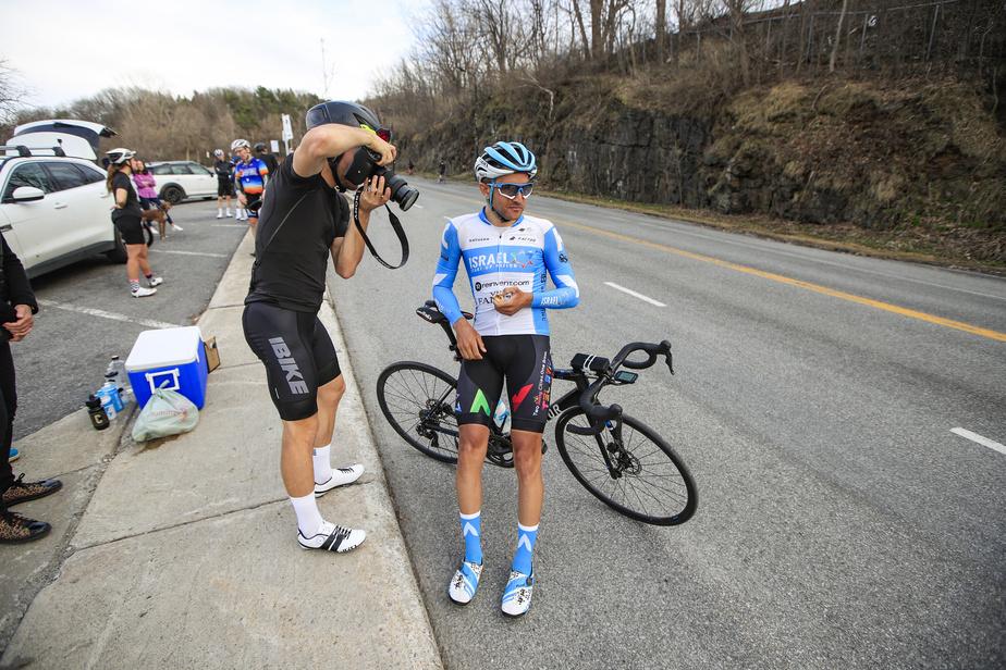 Le cycliste James Piccoli lors d'une pause, après 80montées.