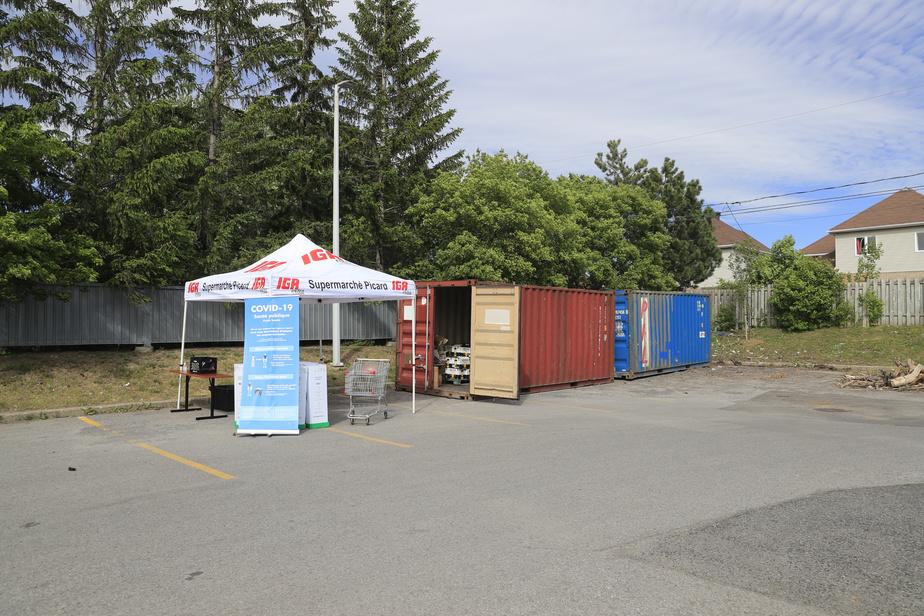 Le IGA de Brossard a installé un abri et deux conteneurs pour accueillir les clients avec leurs canettes et bouteilles consignées.