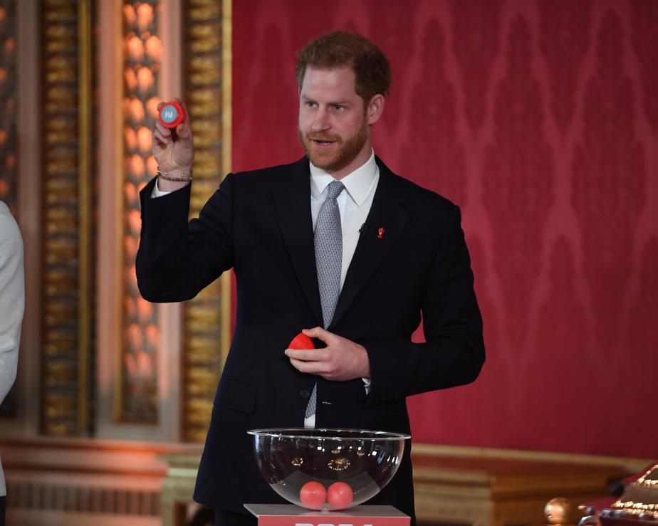 Le prince Harry procède au tirage au sort en vue de la Coupe du monde de rugby.