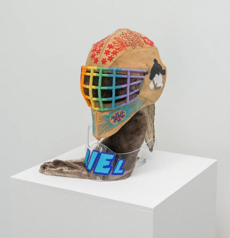 This One Brings Me the Most Pride, 2016-2017, Judy Anderson (Nêhiyaw), perles, peau d'orignal, masque de gardien de but de hockey, protège-cou, peau de loutre, 38cmx30,5cmx46cm. Sculpture exposée à la galerie Art mûr.