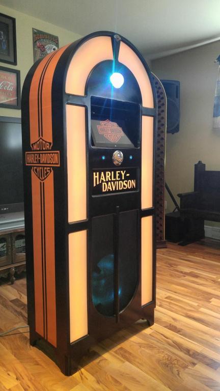 Un modèle aux couleurs du fabricant Harley-Davidson