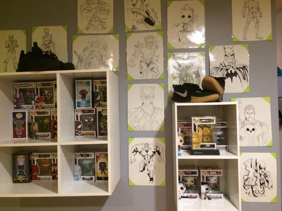 Charles collectionne les figurines de Marvel et des Avengers. «J'ai eu le projet de dessiner toutes mes figurines, explique-t-il. J'ai plastifié mes dessins et je les ai mis au mur.» L'adolescent expose aussi les chaussures de sport qu'il affectionne.