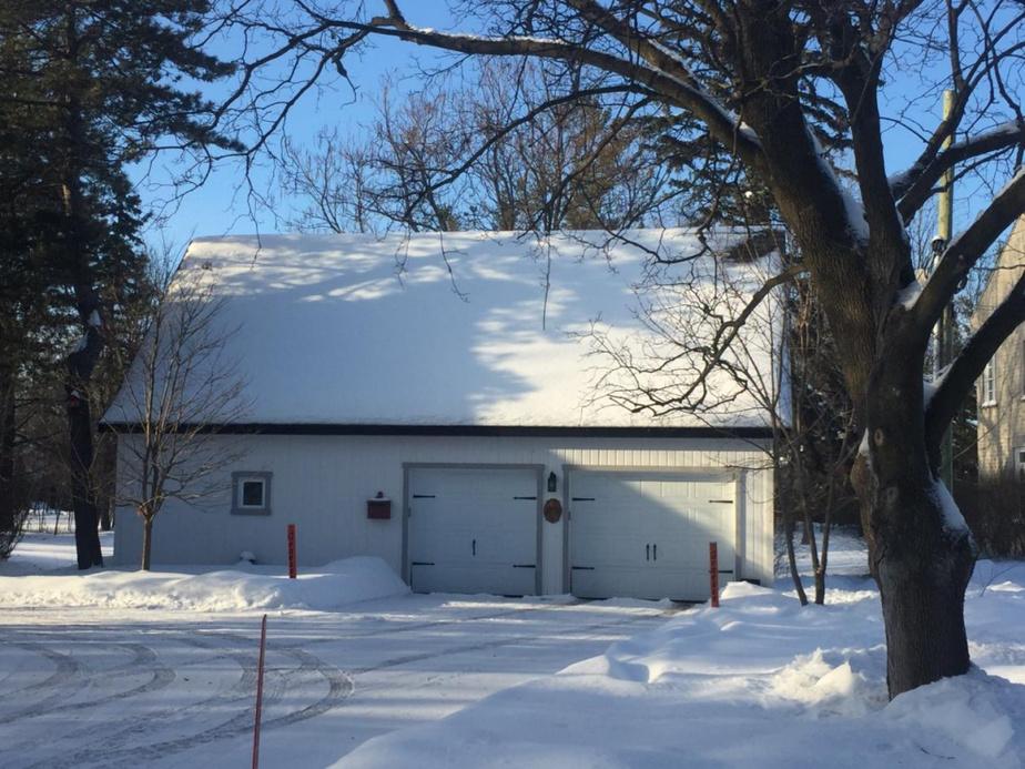 La vieille grange convertie en garage durant la saison hivernale