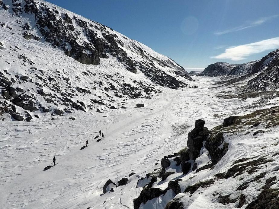 Skier au sein des paysages isolés du Nunavik.