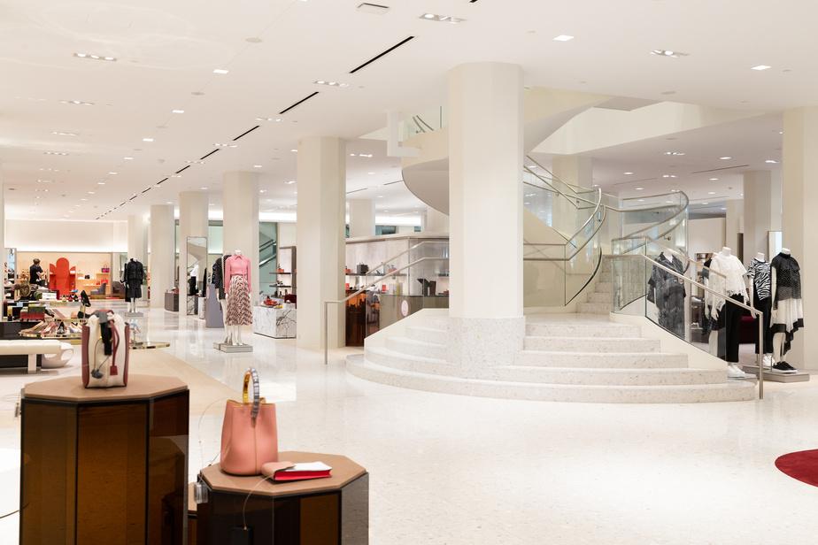 Vue sur le deuxième étage, avec l'escalier en colimaçon, un détail architectural qui a été conservé dans le nouveau magasin.
