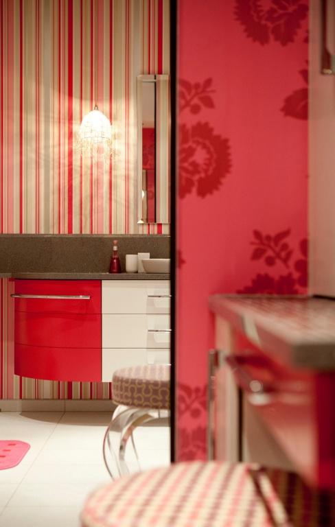 Les couleurs éclatantes et la variation des motifs ne se trouvent pas uniquement sur le mobilier:ils colorent aussi les murs. C'est le cas dans la salle de bains des trois filles du couple au troisième étage, où deux tapisseries très différentes sont réunies dans la même pièce.