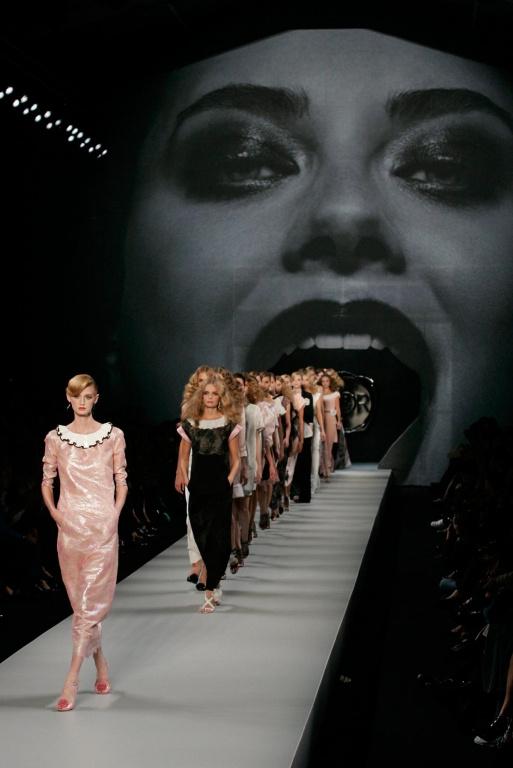 Le duo de designers se démarque depuis ses débuts par ses défilés qui sortent des normes, audacieux et souvent ludiques, comme dans la présentation de sa collection de prêt-à-porter printemps-été2008 à Paris.