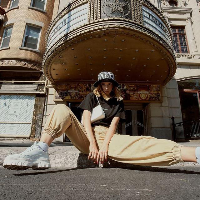 La jeune génération a depuis longtemps adopté un code vestimentaire plus décontracté. Sur la photo:un look signé par l'entreprise québécoise Le Cartel.