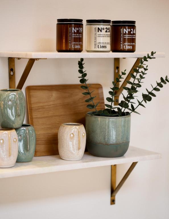 Les cache-pots ont remplacé les vases, constate Anne Brun, directrice de création web chez Zone. Avec leur aspect artisanal, fait à la main, ils s'intègrent dans tous les décors et contrastent avec le bois, le marbre, le métal doré. Chacun représente un coup de cœur et raconte sa propre histoire.