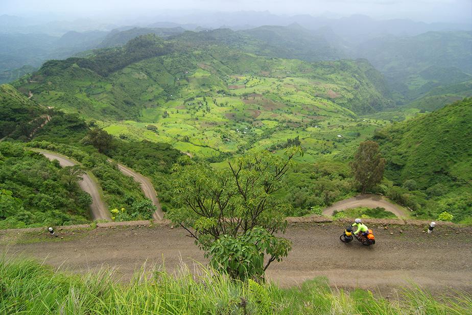 Dévaler l'escarpement de Debark, autour du massif des Simiens, Éthiopie.