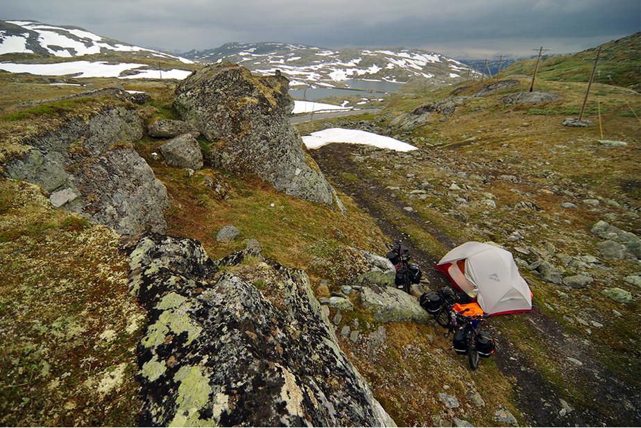 Bivouac en marge de la Sognefjellet, l'une des 18routes nationales touristiques de Norvège, dans le parc national Jotunheimen.