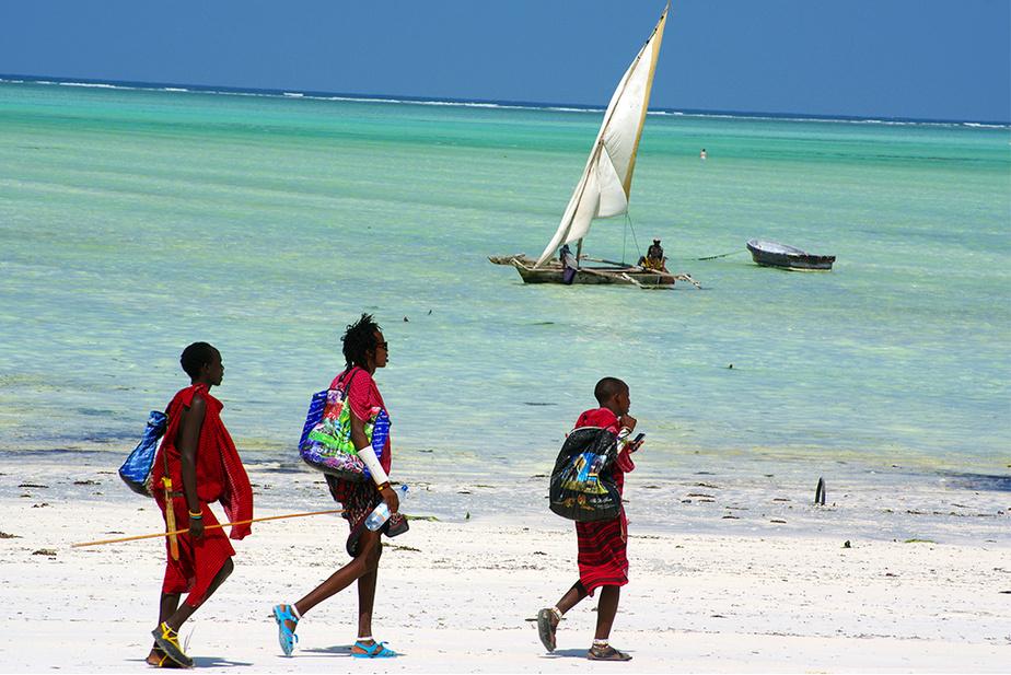 Jeunes guerriers Maasai, nomades de la savane devenus gardiens de sécurité et colporteurs d'artisanat sur la très prisée Unguja, île principale de l'archipel de Zanzibar, Tanzanie.