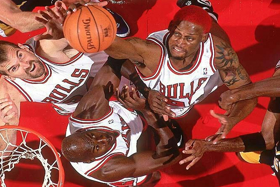 Bill Wennington, Michael Jordan et Dennis Rodman sous lepanier:les Bulls avaient souvent l'avantage pour lesrebonds!
