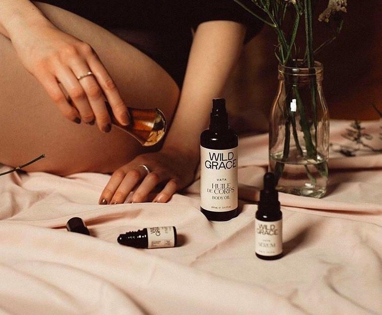 Les produits Wild Grace sont inspirés de la tradition ayurvédique et peuvent s'appliquer au moyen d'un kasa, un outil d'automassage indien. Offerts par la boutique virtuelle de Beauties Lab.