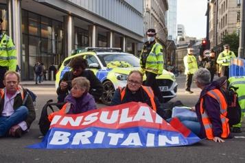 Des militants écologistes bloquent des rues de Londres