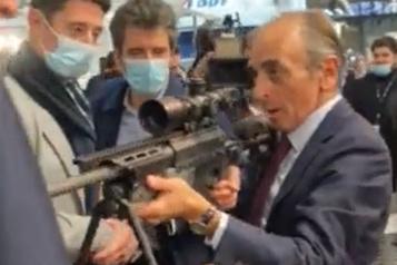 Dans une foire commerciale Éric Zemmour s'amuse à cibler des journalistes avec un fusil