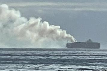 Côte pacifique canadienne Un gaz toxique s'échappe d'un porte-conteneurs en flammes
