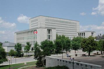 Les réductions de services dénoncées à Archives Canada