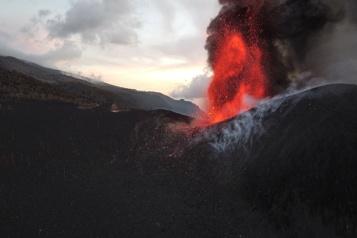 Canaries Le volcan Cumbre Vieja continue de cracher lave et cendre